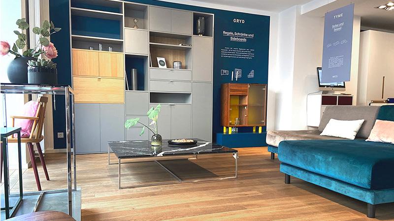 MYCS Showroom München Sofa Regal