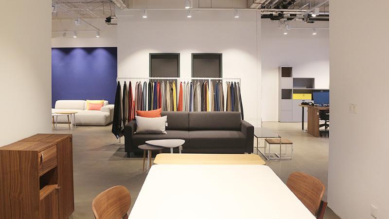 MYCS Showroom Frankfurt Esstisch Sofa